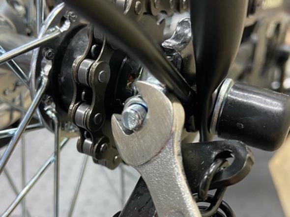 自転車のチェーン調整:ナットを締める
