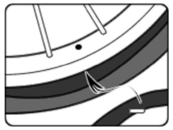 自転車のパンク修理方法③:チューブを戻す 2.バルブを差し込む